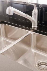 Comment réparer un robinet de cuisine à une poignée Moen Renzo