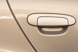 Comment pour démonter la porte avant d'une Audi Quattro ?