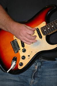 Comment ancrer les chaînes dans une guitare Archtop