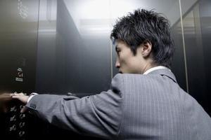 Comment ouvrir une porte de l'ascenseur coincé à l'intérieur