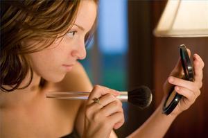 Comment cacher des caractéristiques masculines avec maquillage