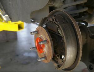 Comment changer les sabots de frein sur un 2000 Ford F-150