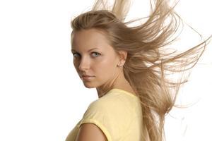 Comment faire un point culminant clinquant de cheveux partielle