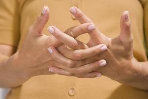 Pourquoi les doigts deviennent blancs et s'engourdissent ?