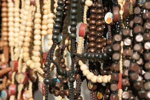 Comment attacher au large de bijoux de perle avec le fil de nylon ou soie