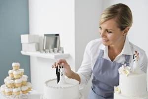 Comment assembler un gâteau de mariage à trois niveaux pile