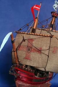 Comment tenir une maquette de navire tout en bâtissant