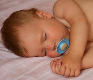 Quel âge doit être un bébé à dormir toute la nuit ?