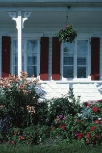 Idées d'aménagement paysager pour un porche enveloppant