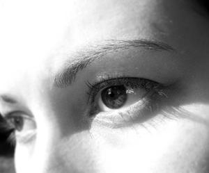Comment réparer les yeux fatigués, rouges, qui piquent & jaune