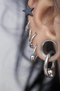 Quels différents types de boucles d'oreilles vous pouvez mettre dans votre cartilage ?